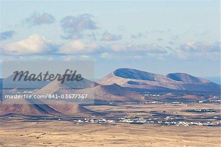 Cônes de scories dans le centre de l'île près de Tinajo, une relique du passé volcanique active de l'île, Lanzarote, îles Canaries, Espagne, océan Atlantique, l'Europe