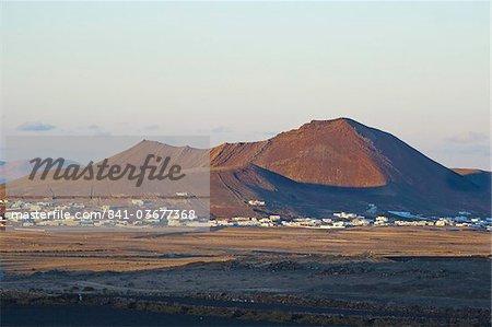 Vulkanischer Schlackenkegel und bei Sonnenuntergang im mittleren Norden der Insel, der Stadt der Soo Soo, Lanzarote, Kanarische Inseln, Spanien, Atlantik, Europa
