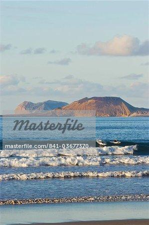 Île de Graciosa au-delà des plus beaux de Lanzarote surf plage de Famara dans le nord ouest de l'île, Famara, Lanzarote, îles Canaries, Espagne, océan Atlantique, l'Europe