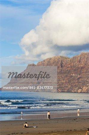M 600 spectaculaires falaises volcaniques du Risco de Famara s'élevant sur la plus belle plage de surf de l'île dans le nord ouest de l'île, Famara, Lanzarote, îles Canaries, Espagne, océan Atlantique, l'Europe