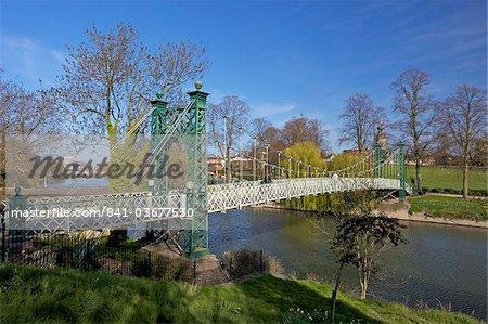 Fußgänger-Hängebrücke über den Fluss Severn, Quarry Park, Shrewsbury, Shropshire, England, Vereinigtes Königreich, Europa