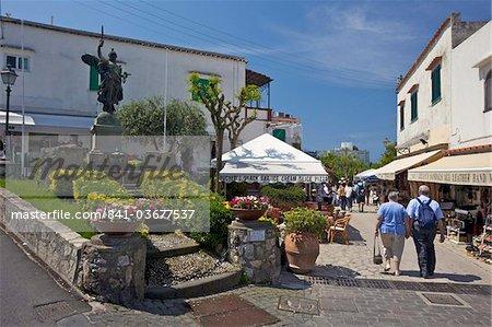 Rue principale de Anacapri au soleil tôt le matin d'été, île de Capri, Campanie, Italie, Europe