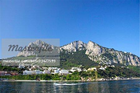 Marina Grande, principal port de l'île de Capri, au soleil d'été tôt le matin, Riviera napolitaine, Campanie, Italie, Europe