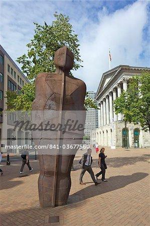 Passage piétons la sculpture de Iron Man par Antony Gormley 1993 dans Victoria Square, Birmingham city centre, West Midlands, Angleterre, Royaume-Uni, Europe