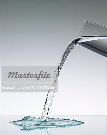 Versez l'eau dans un verre.