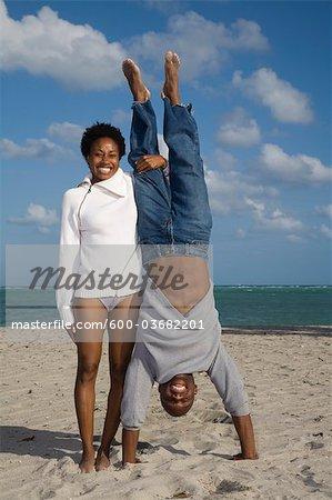 Couple jouant sur la plage, Floride, USA