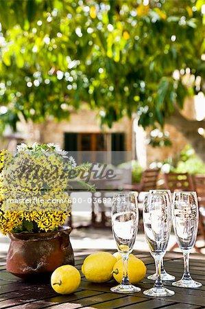 Gros plan des coupes à Champagne et citrons sur Table, Majorque, Espagne