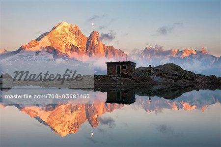 Reflet de la cabane et Aiguille Verte et Les Drus dans le Lac Blanc au coucher du soleil, Alpes, France