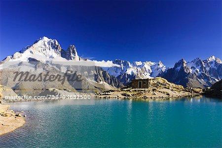 Ancien refuge devant les Aiguilles de Chamonix par le Lac Blanc