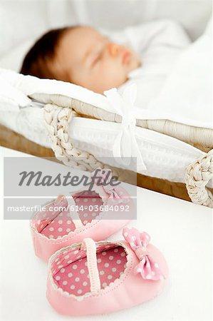 Chaussures de bébé fille et bébé dort