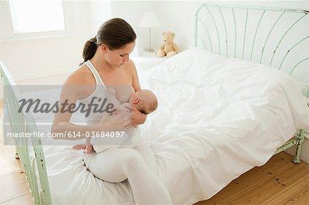 Mère bébé allaitement sur lit