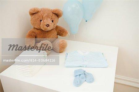 Vêtements de bébé et ours en peluche