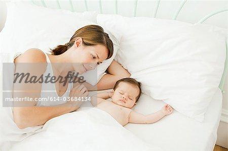 Mutter gerade Baby schlafen