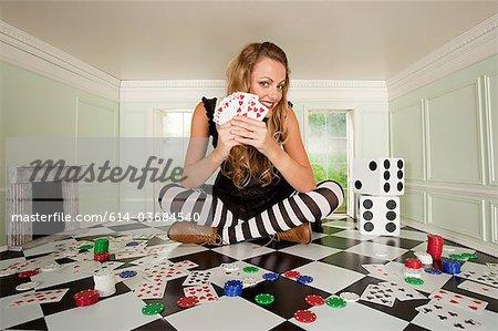 Jeune femme dans une petite salle avec des jeux de cartes et de dés