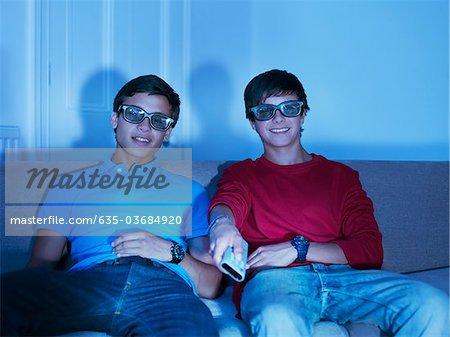 Adolescents, regarder la télévision avec des lunettes 3D
