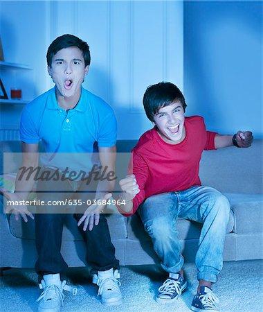 Jeunes garçons crier, regarder la télévision