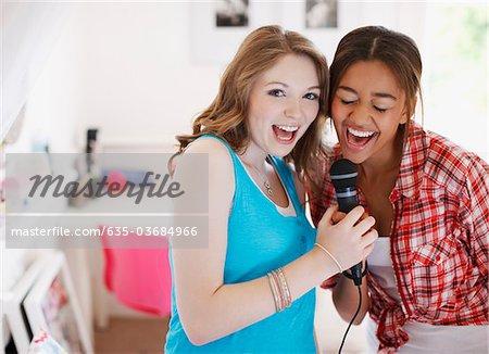 Jeunes filles chantant dans le microphone