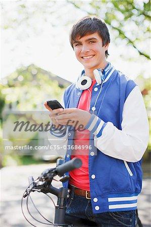 Sourire adolescent avec texte de bicyclette messagerie sur téléphone portable