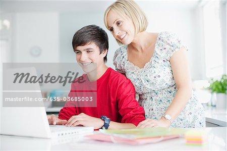 Mutter zuschauen Teenager-Sohn mit laptop