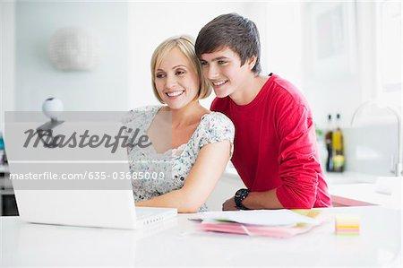 Mère et fils adolescent d'avoir chat vidéo sur ordinateur portable