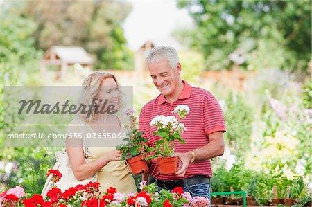 Couple shopping pour les fleurs en pépinière