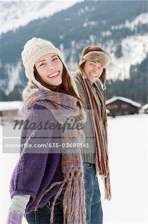 Paar im freien im Schnee