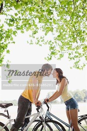 Paar auf Fahrrädern angehalten und küssen