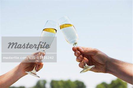Couple buvant Champagne et grillage