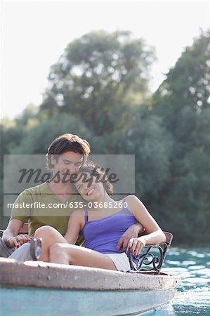 Lächelnd Paar im Ruderboot auf dem See