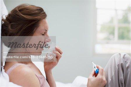 Kranke Frau im Bett, die Nase weht