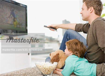 Père et fils, regarder la télévision