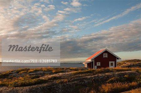Rote Holzhütte an Küste, Bohuslän, Schweden