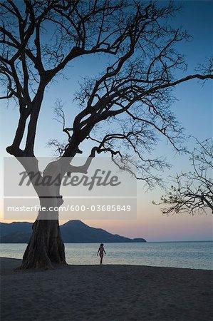 Femme qui marche sur la plage, Playa de Matapalo, Guanacaste, Costa Rica