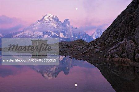 Reflet de la cabane et Aiguille Verte au Lac Blanc par clair de lune, Alpes, France
