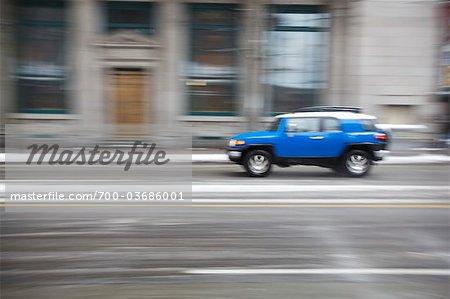 VUS au volant sur les rues de la ville, Vancouver, Colombie-Britannique, Canada