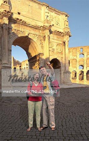 Couple senior à Arch, Rome, Lazio, Italie de Constantine