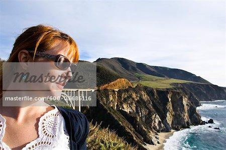 Femme regardant vue gros Sur côte et montagnes de Santa Lucia, Monterey County, Californie, Etats-Unis