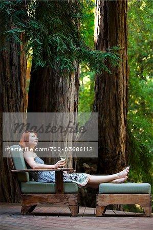 Frau Entspannung an Deck, Santa Cruz County, Kalifornien, USA