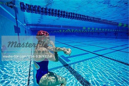 Nageuse reposant sous l'eau