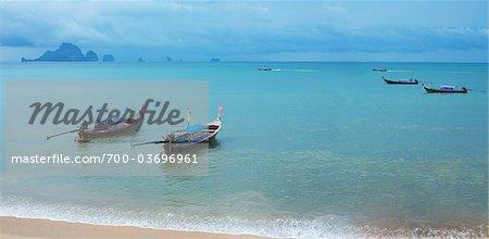Bateaux le long de la plage d'Ao Nang, Krabi, Thaïlande