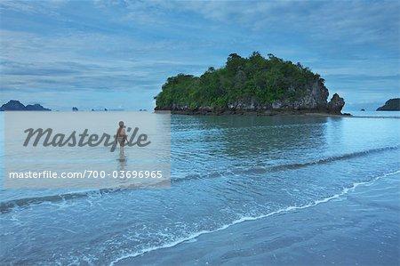 Frau waten im Wasser, Nopparathara Beach, Krabi, Thailand
