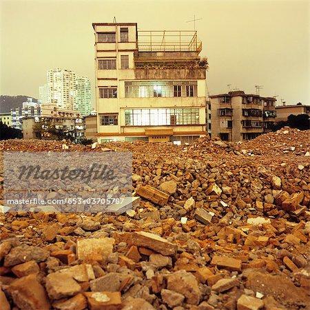 Vieux bâtiments délabrés et les décombres des bâtiments modernes en arrière-plan, Shenzhen, Chine