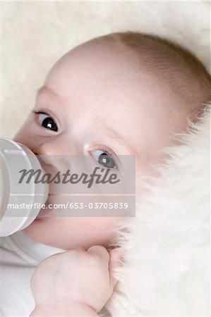 Ein Baby, saugen eine Babyflasche