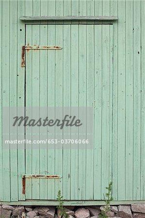 Une porte en bois verte pâle