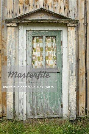 Une vieille porte en bois