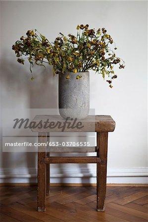 Eine steinerne Vase voller Blumen tot