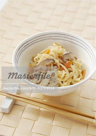 Radis daikon râpé et séchés mijoté dans une sauce de soja