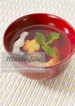 Soupe de bouillon clair japonais