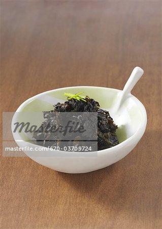 Feuilles de wasabi mijotés dans une sauce de soja