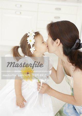 Fille embrasser sa mère